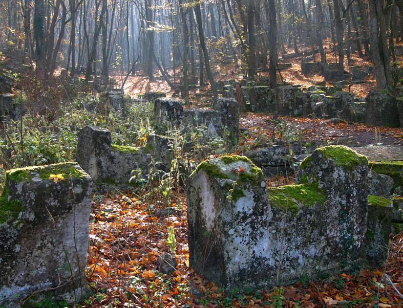 Пещерный город Чуфут-Кале: кладбище караимов